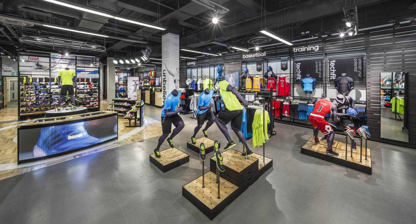 Sports goods can be easily displayed and higly secured thanks to Cross Point